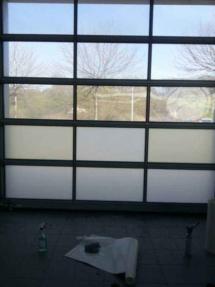 Garagenrolltor mit Glasdekorfolie